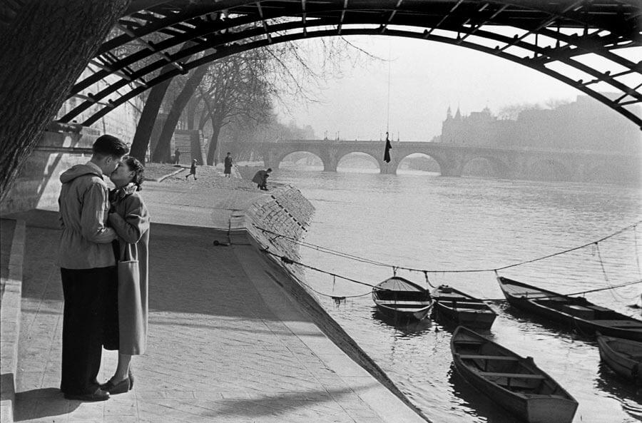 Les amoureux du pont des Arts, 1953 - Marc Riboud